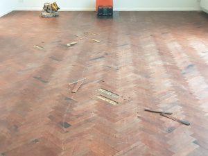 Beschadigde houten vloer